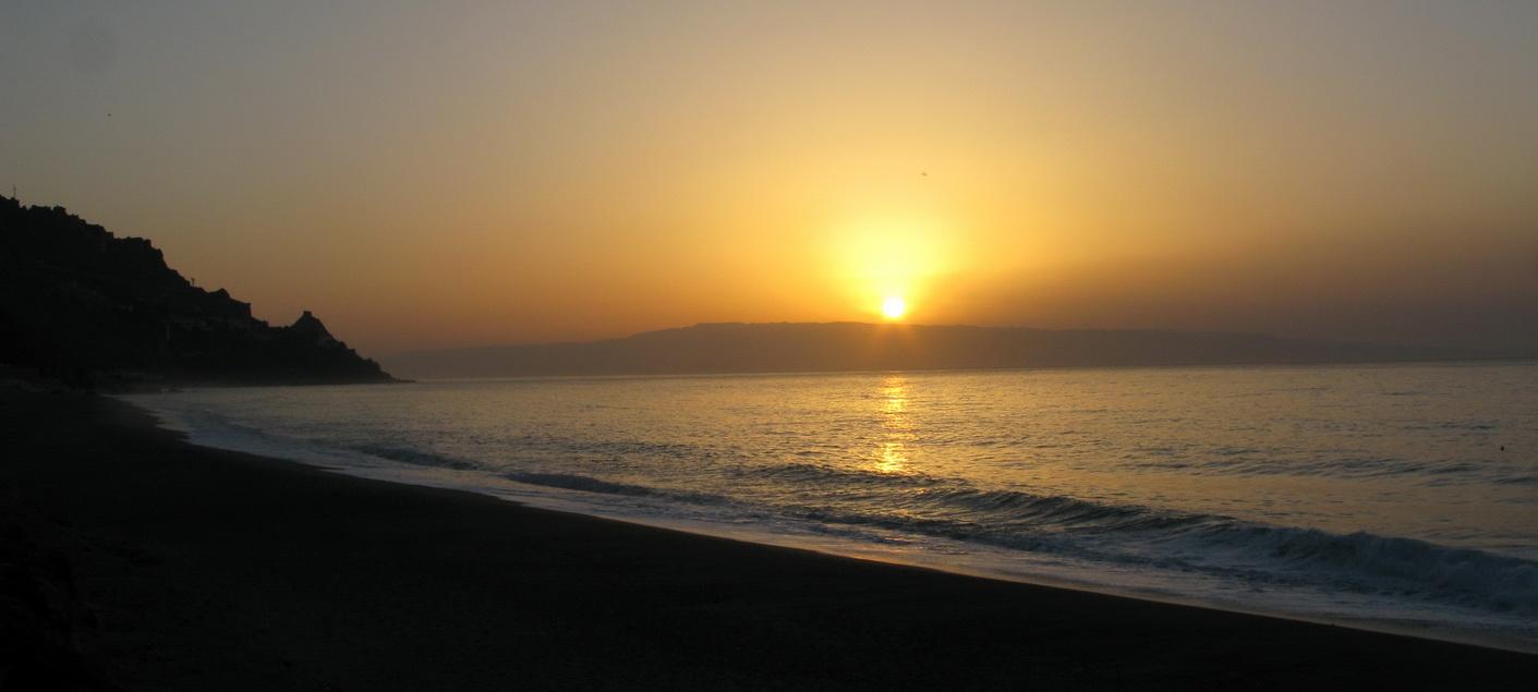 Letojanni_(Sicília),_slnko_vychádza_nad_Kalábriou_(Aspromonte)