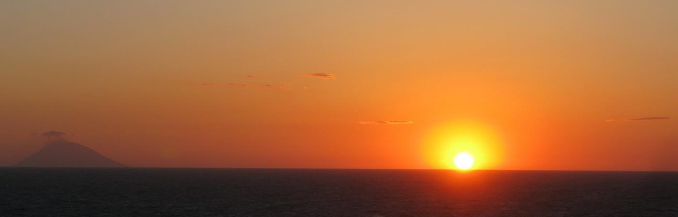 Trophea,_Stromboli_a_západ_slnka