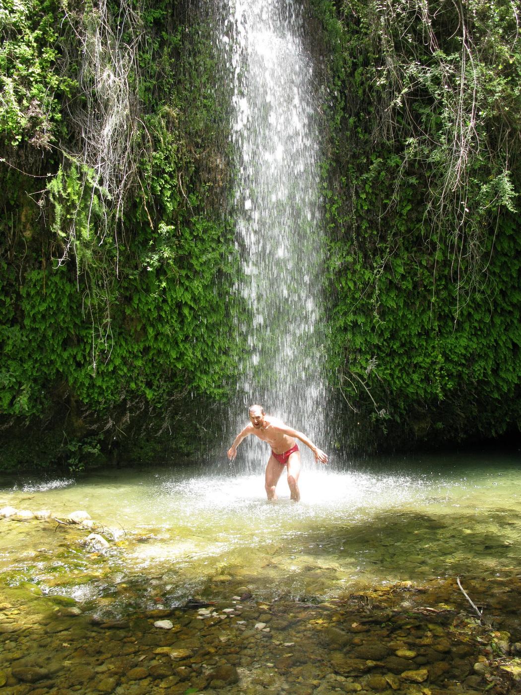 zvyšky_starého_rímskeho_aquaduktu_vytesaného_v_skale_a_konečne_sprcha!