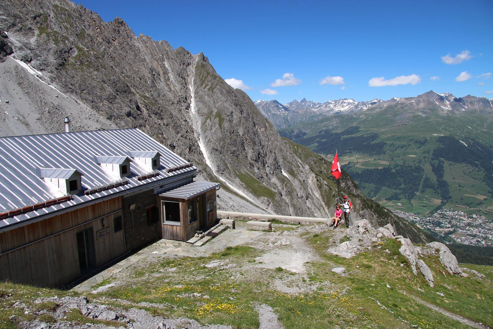 Fantastický_výhľad_z horskej_chaty_Lischana_na_okolité_hory_a Scuol_autor_foto:_Radka_Kollárová