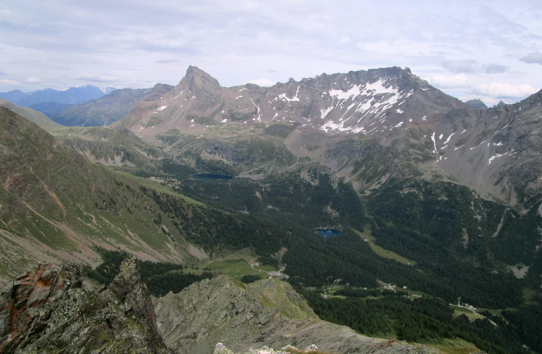 dolinou_Val_di_Campo_hore_i_dole_na_bajku,_v_zábere_vidieť_Lago_Saoseo_a_Lago_Viola_(hore)